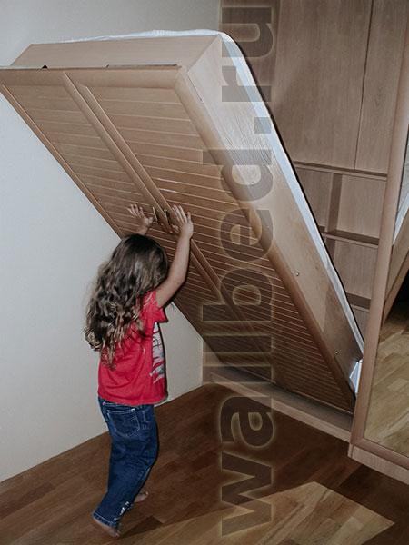 Хорошо сбалансированную кровать легко поднимет даже маленькая девочка